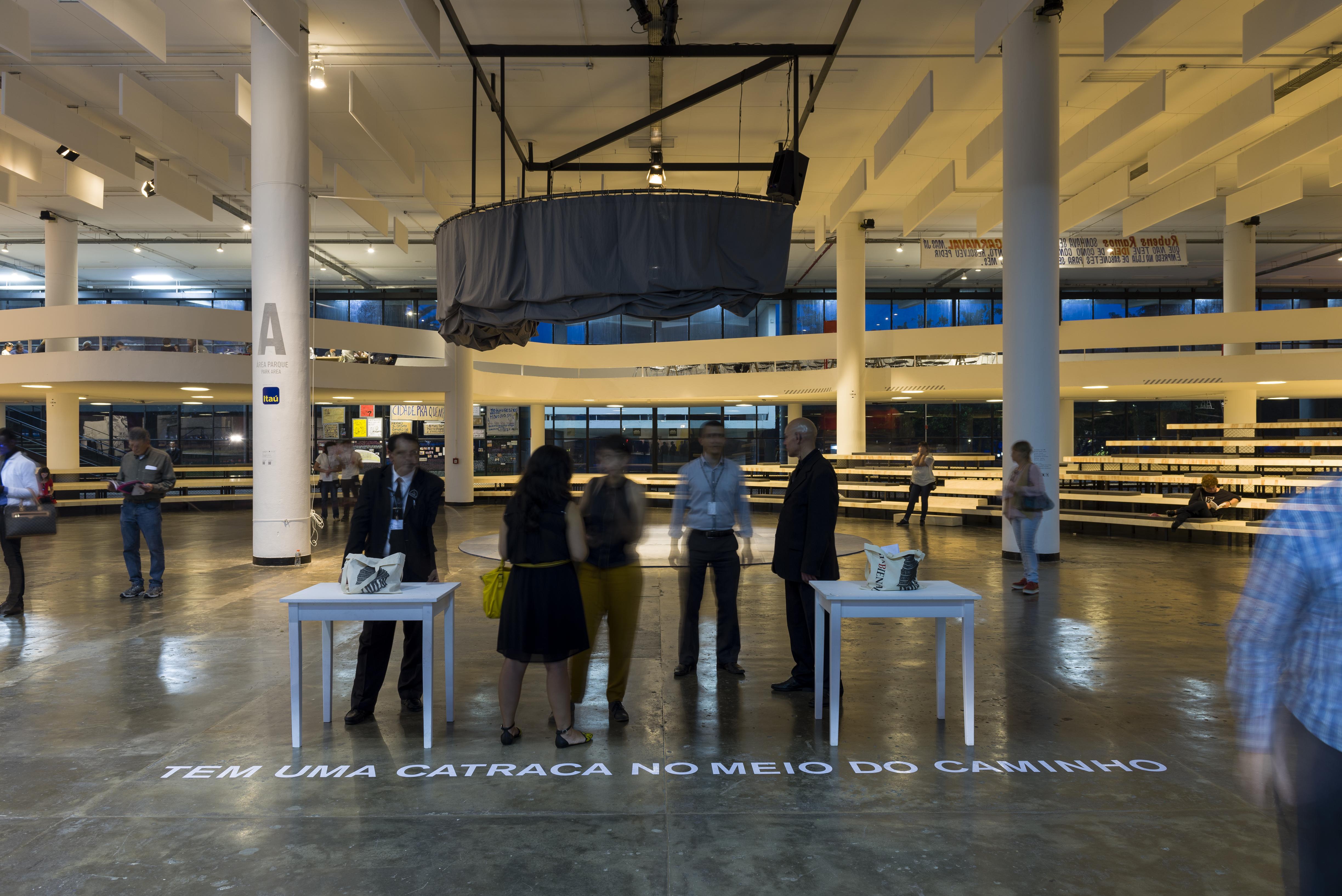 Registro da intervenção de Graziela Kunsch, artista da 31a Bienal, durante a abertura para convidados. São Paulo 02/09/2014. © Leo Eloy / Fundação Bienal de São Paulo.