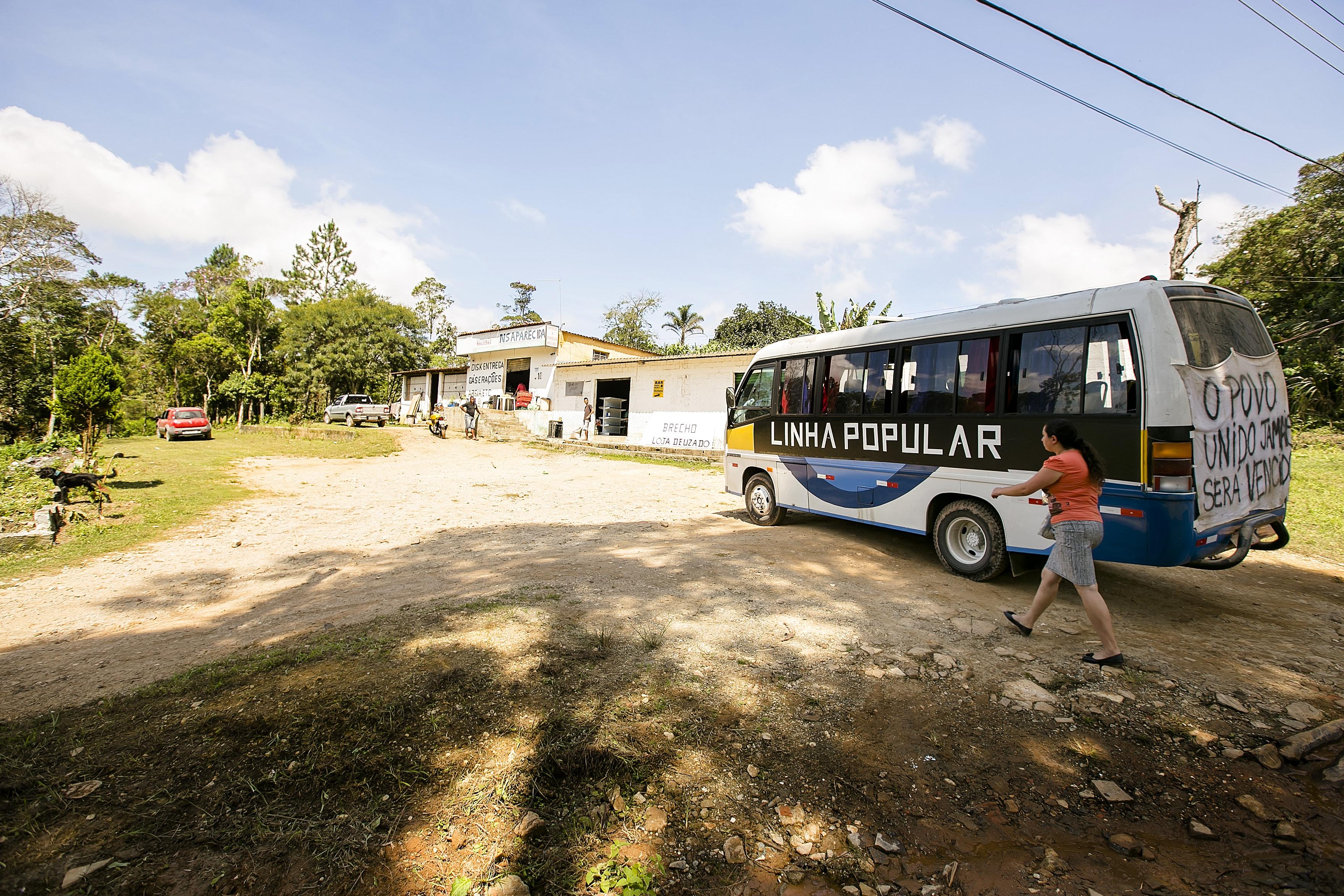 Moradores do bairro Mambu, na região de Marsilac, extremo sul da capital paulista, realizaram hoje (11) ato em prol da criação de uma linha de ônibus no bairro, onde vivem cerca de 2 mil pessoas. Após a realização de um bingo de arrecadação de fundos na sexta-feira passada (5), eles alugaram uma van para fazer o trajeto entre o bairro e a estrada de Engenheiro Marsilac, em um percurso de aproximadamente 10 quilômetros, geralmente feito a pé. A linha foi parcialmente aprovada pela prefeitura no fim do ano passado, mas nenhuma outra medida ocorreu desde então.